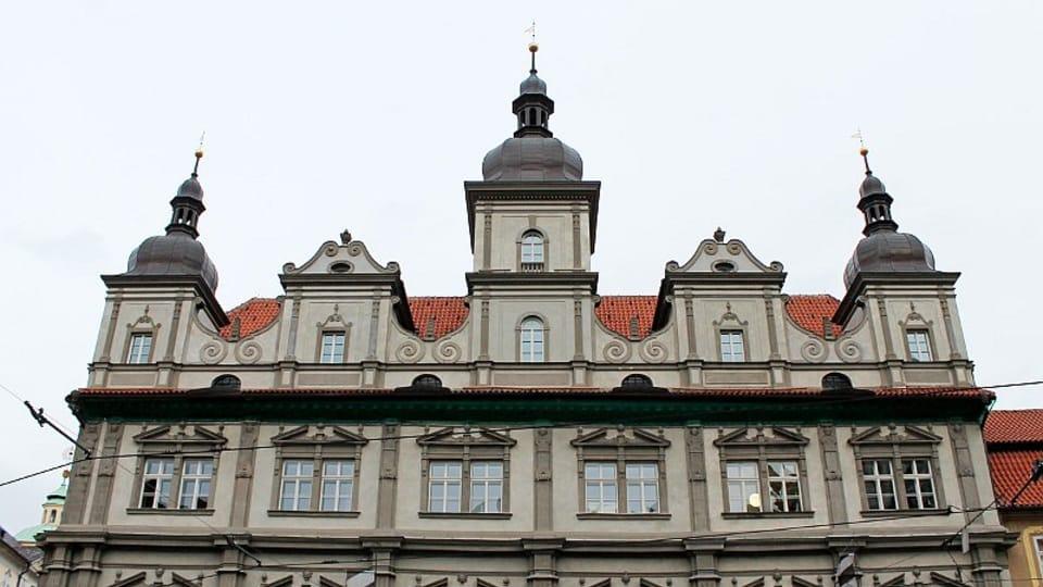 На пражской небольшой и уютной Малостранской площади однажды нашлось место и для одного легендарного здания с многовековой истерией.  (Фото: Олег Фетисов)