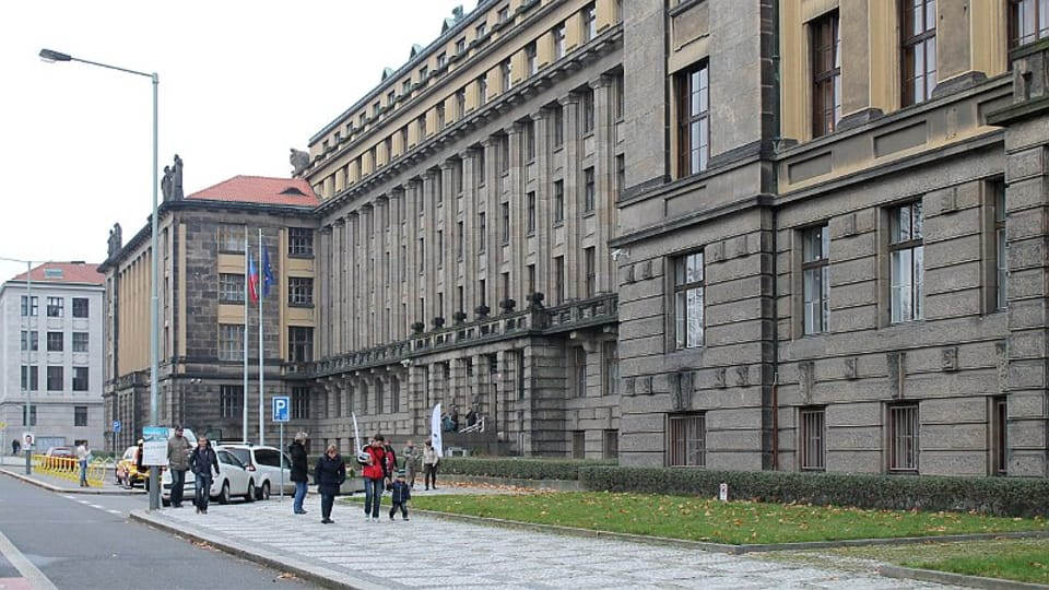 Современное здание Министерства транспорта Чешской республики,  находящееся на набережной Людовика Свободы 12,  было построено в начале XX века как главное административное здания Министерства железных дорог. (Фото: Олег Фетисов)