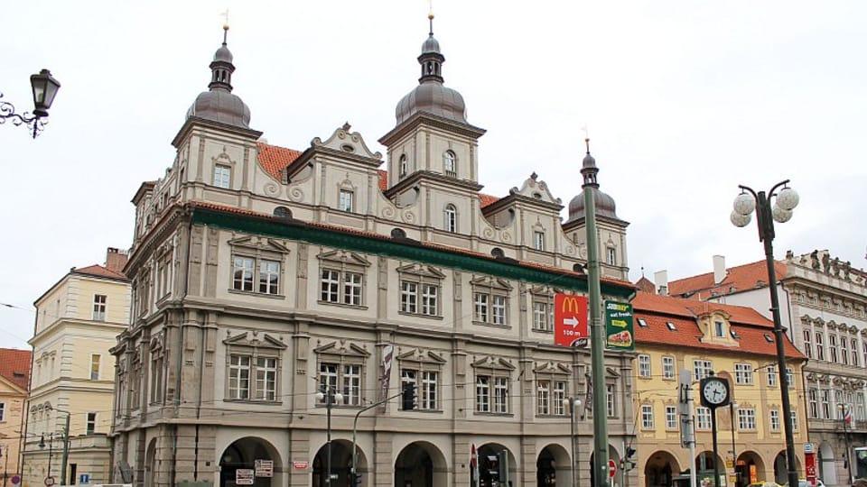 Следует заметить,  что в период с XV по XVIII века здание служило в качестве резиденции городских властей Малой Страны.  (Фото: Олег Фетисов)