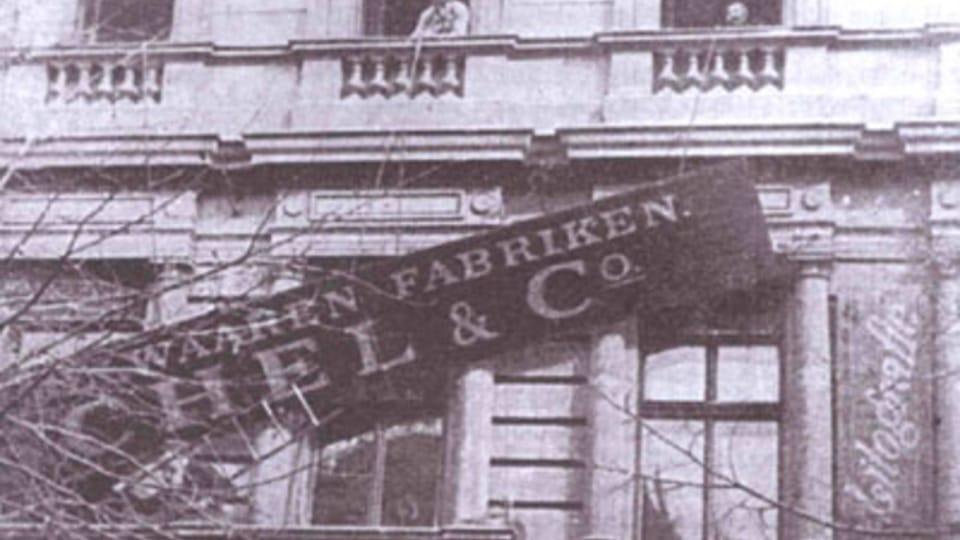 1918 - люди поднимались к вывескам магазинов и учреждений и замазывали немецкие названия