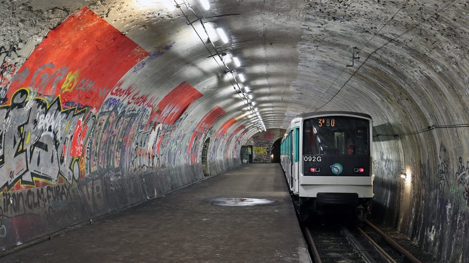 На снимке,  который сделан 3 февраля 2018 года,  изображён экскурсионный поезд,  прибывший на закрытую станцию «Аксо» в рамках проекта «Невидимая сторона Парижа»  (2—4 февраля 2018 года).   Фото: Борис Когут