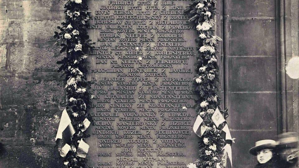 28 октября 1918 года,  Староместская площадь,  памятная доска с именами 27 казненных 21 июня 1621 года предводителей антигабсбургского восстания чешских сословий,  фото: Národní muzeum / Hradní fotoarchiv