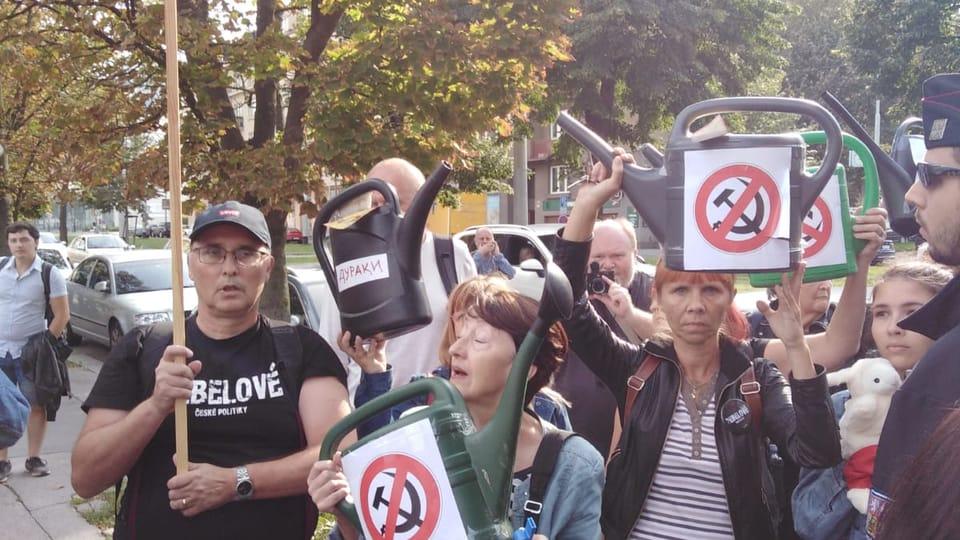 Демонстрация противников сохранения памятника,  Фото: Архив Чешского Радио