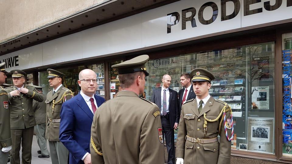 Премьер-министр Богуслав Соботка,  акция памяти перед зданием Чешского радио,  Фото: Ондржей Томшу,  Чешское радио - Радио Прага