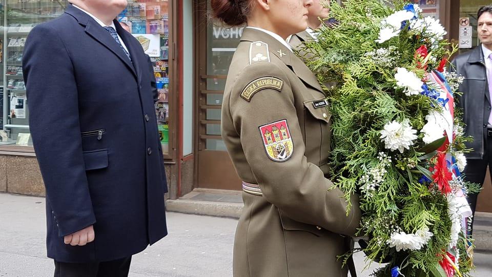Министр культуры Даниэл Герман,  акция памяти перед зданием Чешского радио,  Фото: Ондржей Томшу,  Чешское радио - Радио Прага