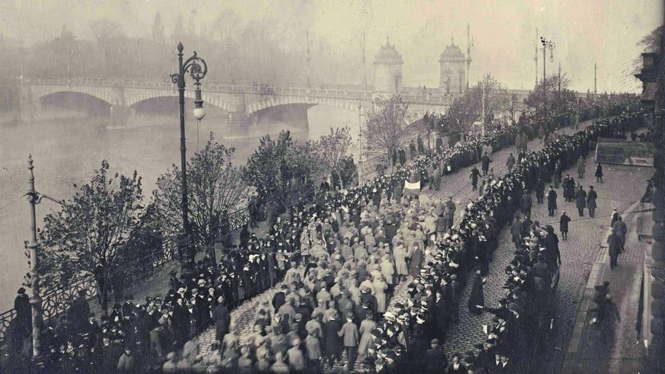 Прага,  29 октября 1918 год,  мост Легионов,  солдаты после принесения присяги на верность Чехословацкой Республике направляются на Вацлавскую площадь. Фото: Národní muzeum / Hradní fotoarchiv
