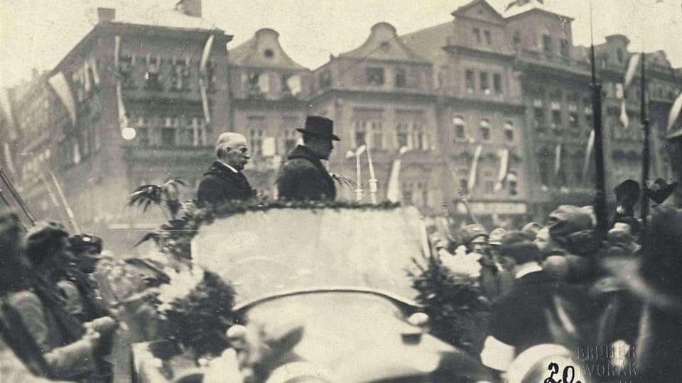 21 декабря 1918 года,  Прага,  горожане на Староместской площади приветствуют первого президента Чехословацкой Республики Томаша Гаррика Масарика. За президентом стоит генеральный секретарь социал-демократов Франтишек Томашек | Фото: Národní muzeum /  Hradní fotoarchiv