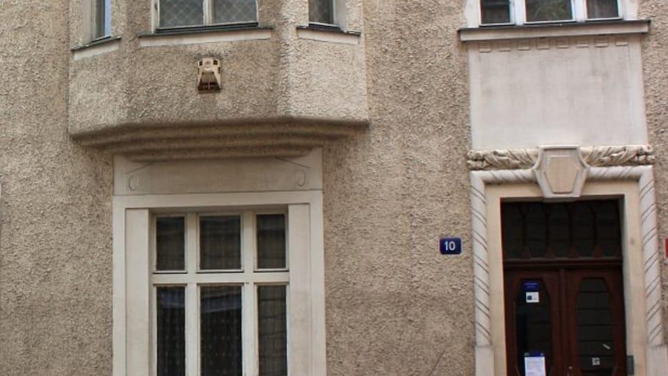 """Окна квартиры на Билковой улице,  где создавался роман """"Процесс"""",  фото: Štěpánka Budková"""