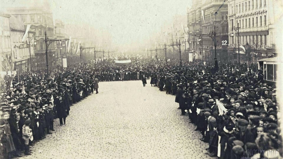 29 октября 1918 года,  Прага,  демонстранты несут по Вацлавской площади чешский флаг,  фото: Národní muzeum / Hradní fotoarchiv