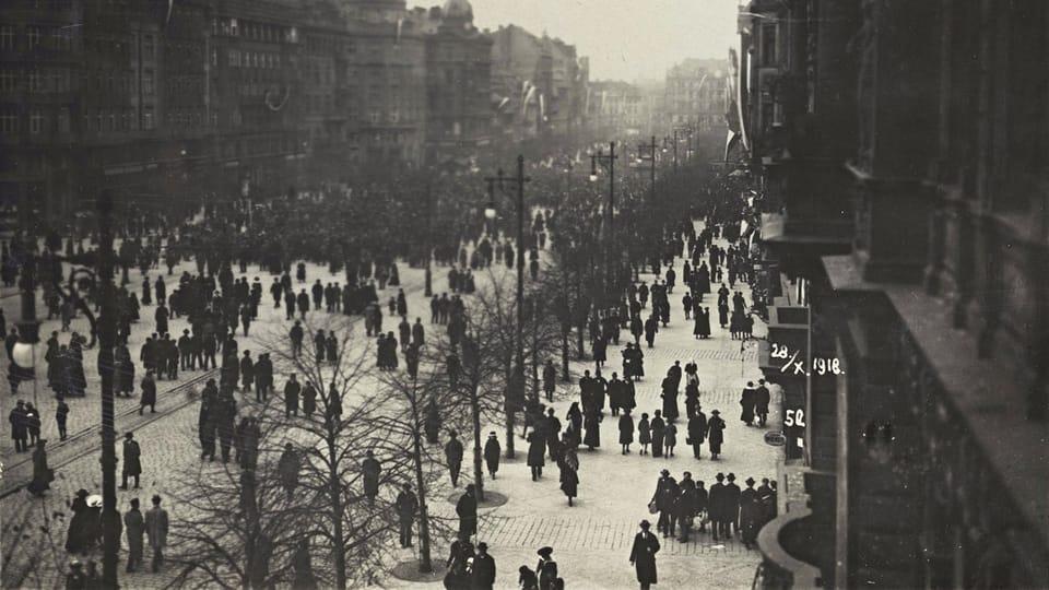 28 октября 1918 года,  Прага,  митинг в верхней части Вацлавской площади,  фото: Národní muzeum / Hradní fotoarchiv