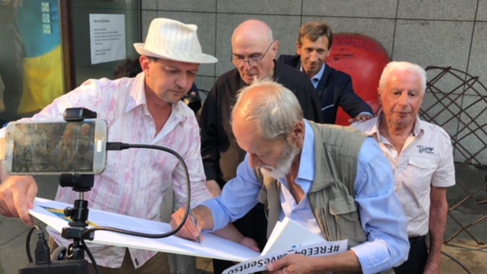 Российские и чешские активисты подписали петицию в поддержку голодающего в российской тюрьме украинского режиссера Олега Сенцова и всех политзаключенных на территории Российской Федерации,  фото: Егор Литвин