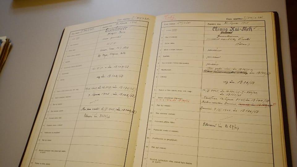Запись в метрической книге о награждении Дуайта Дэвида Эйзенхауэра  (слева) и Чан Кайши,  фото: Эва Туречкова