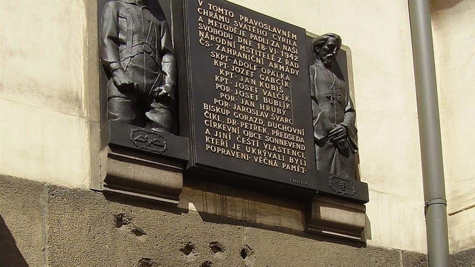 Мемориал у изрешечённого пулями окна крипты собора Кирилла и Мефодия,  фото: Гоза Грон CC BY 3.0