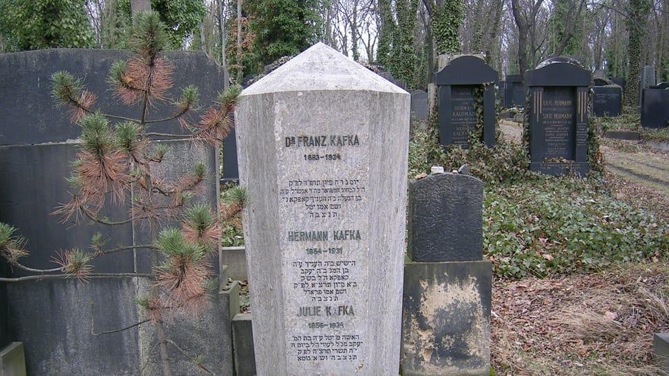Могила Франца Кафки и членов его семьи на Новом еврейском кладбище в Ольшанах,  фото: Nightwish62,  Wikimedia Commons,  CC BY-SA 3.0
