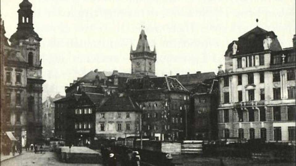Вид на Капрову ул. в направлении Староместской пл.  (около 1914 г.). Влево – новое здание,  построенное на месте дома,  в котором родился Франц Кафка,  фото: открытый источник