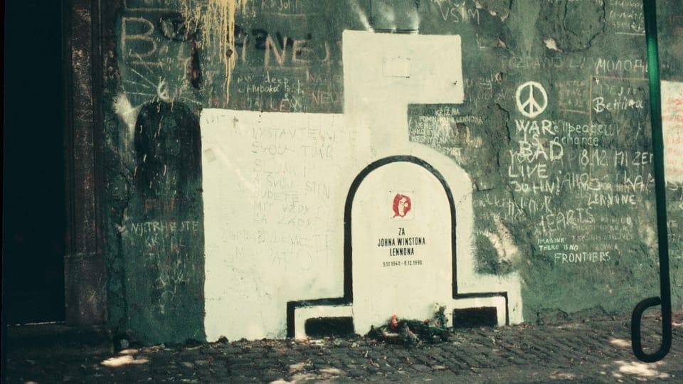 Стена Леннона в 1983 году | Фото: David Sedlecký,  Wikimedia Commons,  CC BY-SA 3.0 Unported