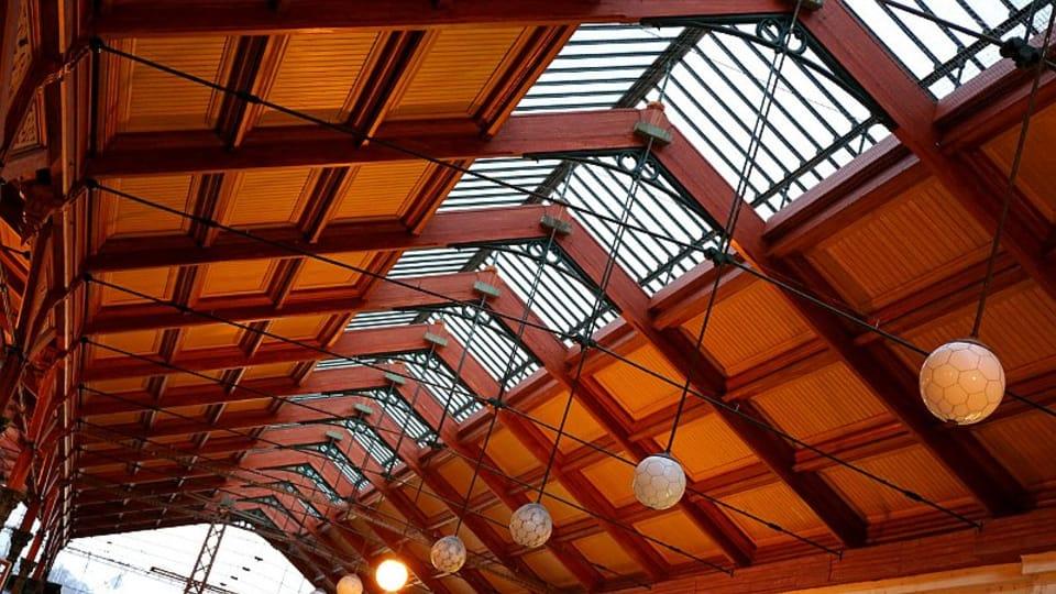 Здание вокзала имеет уникальное архитектурно-художественное решение перекрытия холла с перронами: литой стальной несущий остов,  с покрытием кровли из дерева и стекла.  (Фото: Олег Фетисов)