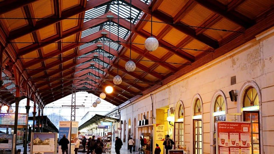 Современное здание вокзала представляет собой 2 здания,  объединенных залом с перронами,  а также ряд служебных и технических зданий  (депо,  мастерская и т. д.).  (Фото: Олег Фетисов)