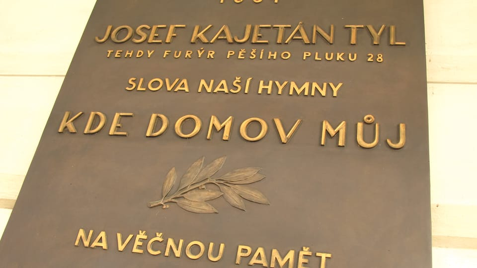 Мемориальная доска: Именно в этом здании,  1834 г.,  Йозеф Кайетан Тыл написал слова чешского гимна «Где мой дом?!»  (Фото: Кристина Макова,  Чешское радио - Радио Прага)