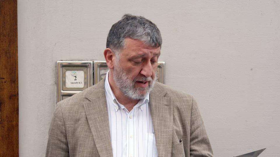 Сергей Пархоменко держит в руках «чешскую» табличку «Последнего адреса»,  Фото: Тимур Кашапов,  Чешское радио - Радио Прага