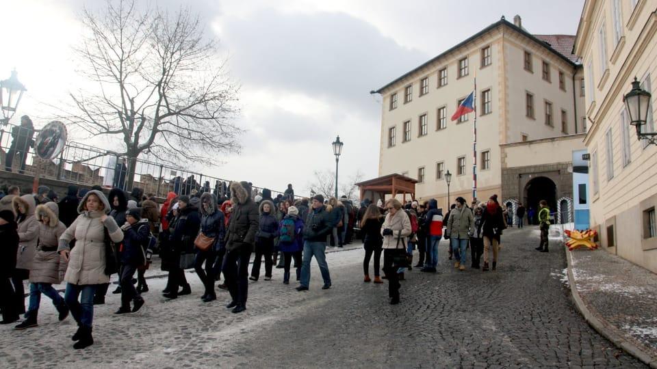Туристы под Пражским градом,  Фото: Штепанка Будкова,  Чешское радио - Радио Прага