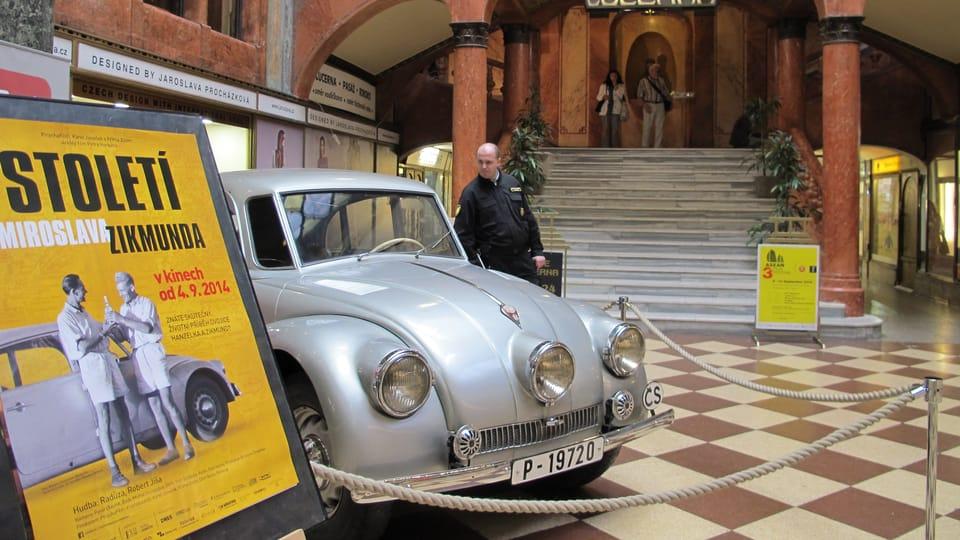 Tatra 87 во время премьеры фильма «Столетие Мирослава Зикмунда» в кинотеатре «Луцерна»  (Фото: Кристина Макова,  Чешское радио - Радио Прага)