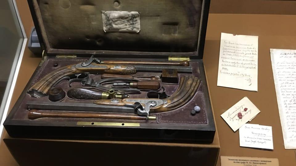 дуэльные пистолеты,  хранящиеся во Всероссийском музее А. С. Пушкина в Санкт-Петербурге,  фото: Катерина Айзпурвит
