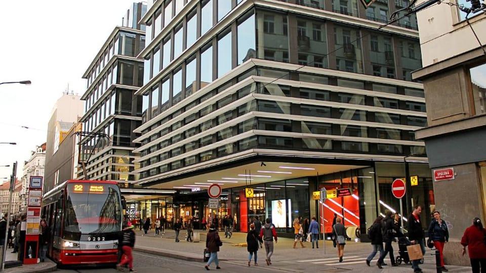 Архитектурная мастерская «Cígler Marani Architekti» спроектировала самое оптимальное решение,  связавшее торговым пассажем в двенадцать тысяч квадратных метров улицы Спалена и Владиславова.  (Фото: Олег Фетисов)