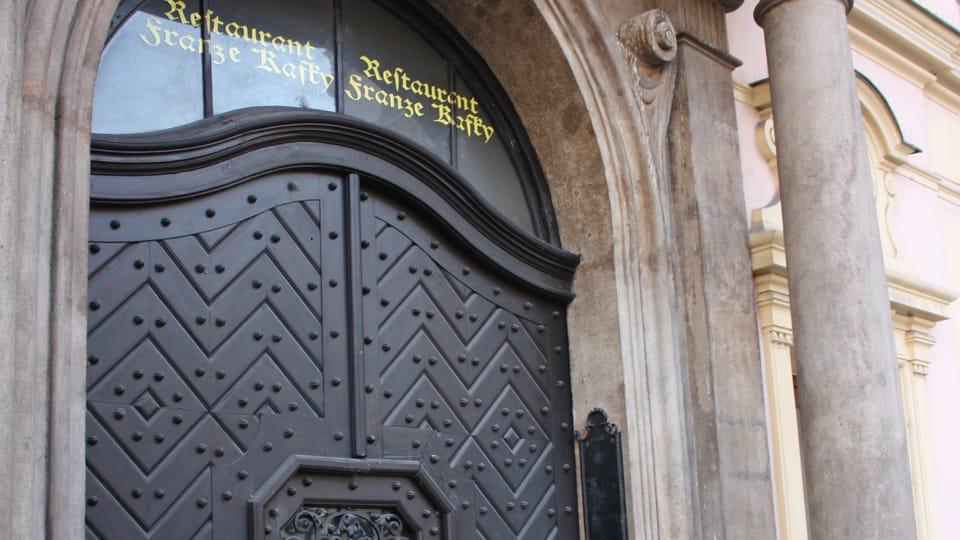 От дома,  в котором родился Франц Кафка,  остался только портал,  который включили в новое здание,  возведенное на месте сгоревшего в 1902 г.,  фото: Štěpánka Budková
