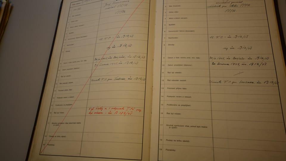 Перечеркнутая запись в метрической книге о награждении Иосифа Сталина,  фото: Эва Туречкова