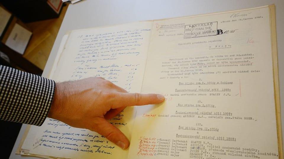 Запись в метрической книге о принятии решения награждить Чехословацким орденом Белого льва Иосифа Сталина,  фото: Эва Туречкова