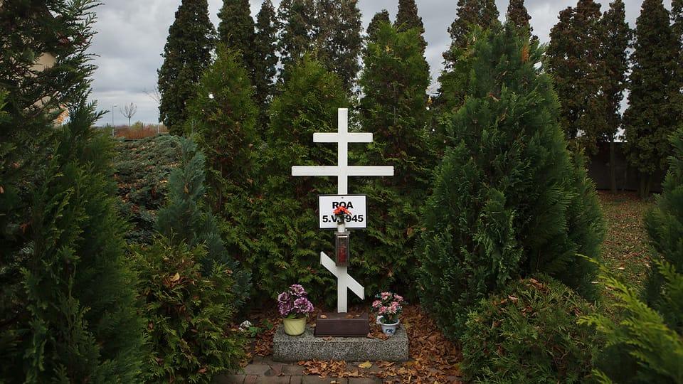 Братская могила трех неизвестных власовцев на Литовицком кладбище в городке Гостивице в западных предместьях Праги. Здесь похоронены солдаты 3-го пехотного полка 1-й пехотной дивизии РОА,  погибшие в боях за аэродром Рузыне. Фото: Vladimir…