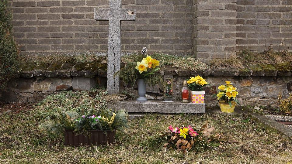 Братская могила пяти власовцев на кладбище деревни Кртень на западной окраине Праги. Здесь похоронены солдаты 3-го пехотного полка 1-й пехотной дивизии РОА,  погибшие во время атаки немецких истребителей в районе деревни Храштяны. Фото…