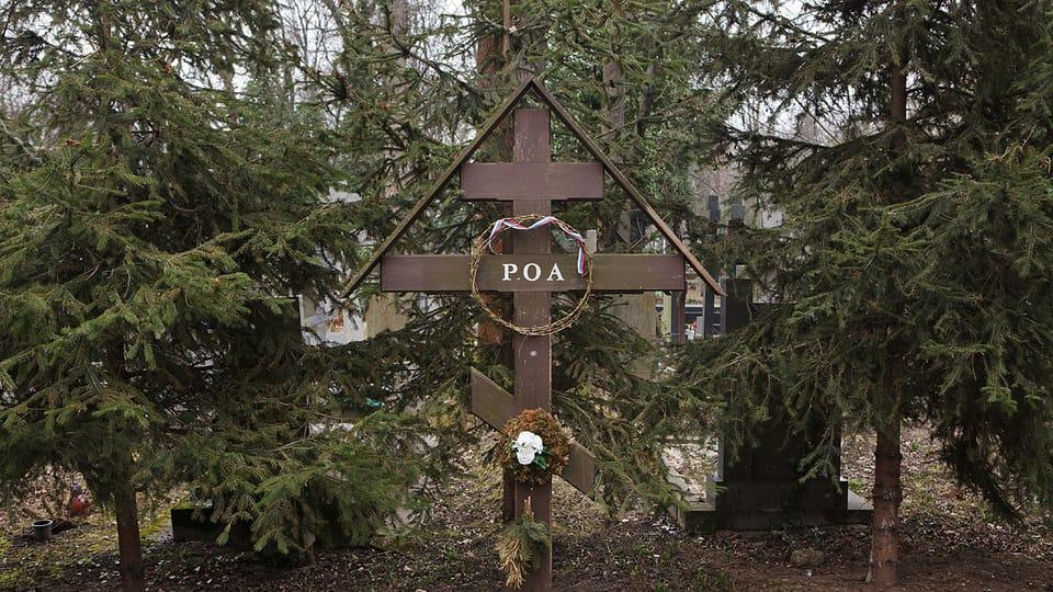 Братская могила власовцев на Ольшанском кладбище Праги. Здесь похоронены 187 неизвестных солдат 1-й пехотной дивизии РОА,  расстрелянных в мае 1945 года после прихода в город Красной армии. Фото: Vladimir Pomortzeff