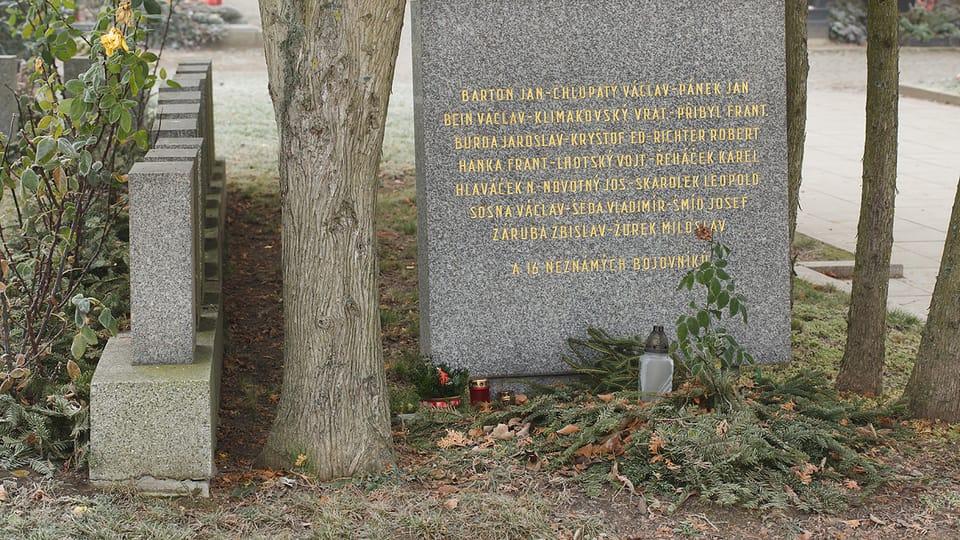 Братская могила участников Пражского восстания и власовцев на Ольшанском кладбище Праги. Здесь похоронены 16 неизвестных солдат 1-го пехотного полка 1-й пехотной дивизии РОА,  погибшие в уличных боях в пражском районе Панкрац. Фото…